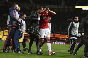 Zlatan Ibrahimovic fick hjälpas av planen efter olyckan.