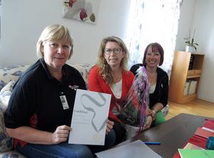Lena Reyier och Anki Enevoldsen från Centerpartiet uppmärksammar Annika Hedström på Annikas hemtjänsts kontor i Falun.