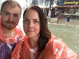 Faluborna Olle Liljeblad från Orsa och Anna Gustafsson från Mora – som till vardags arbetar som journalister på DT – befinner sig mitt i regnkaoset på Koh Samui i södra Thailand.