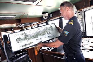 Dennis Fernlund är befälhavare. Under ett års tid har han skolat sig för att lära sig köra det nya fartyget. Tavlan fick han efter visningen av fartyget av Kustbevakningen i Härnösand.