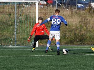 Hofors och Järbo kryssade när kvalet till trean drog igång. Här är det Hofors Joel Persson som försöker göra mål.
