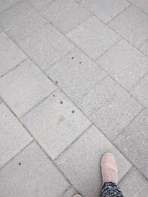 Blodsdroppar på Utanbygatan/Karlsgatan.