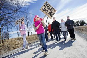 Andrea Månson, 10 år, från Oviken tog täten i demonstrationståget mot prospektering och brytning av uran.