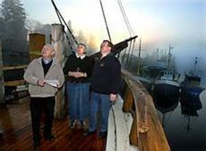 Två sysslingar från olika världsdelar täffades på Briggen Gerdas däck i går. Alvar Olsson från Gävle och Charlene Hanson från Texas fick en rundtur med skeppsbyggmästare Henri Ollikkala. Foto: LEIF JÄDERBERG