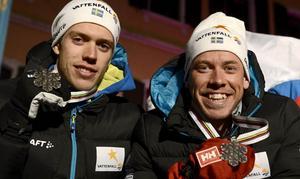 Marcus Hellner och Emil Jönsson med sina silvermedaljer efter medaljutdelningen för herrarnas sprintstafett vid skid-VM i Val di Fiemme, Italien.