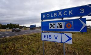 Farlig omväg.  Vid Eriksberg i Hallstahammar ser man omledningsskyltarna för trafiken när E18 är avstängd.