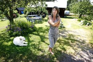 Lise Rafn har fått sin semester förstörd. Samojeden Zaco påverkas av myggen och vill inte vara ute långa stunder.