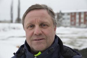 Jan Hedberg berättar att man får lägga en rejäl slant på akut renovering samt ombyggnad av gata-parks lokaler.