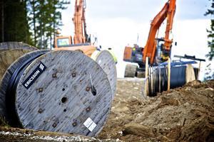 Det är kablar från Ericssons kabelfabrik i Falun som kopplar samman det sammanlagt sju mil långa kabelnätet som grävs med mellan vindkraftverken och den nya transformatorstation mitt i Jädraås vindkraftspark