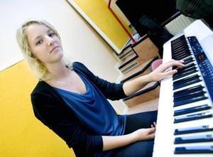 """AMBASSADÖR. Julia Stålberg ska bland annat sjunga """"Son of a preacher man"""" när esteteleverna åker på turné. Första stoppet är på Perslundaskolan i Ockelbo."""