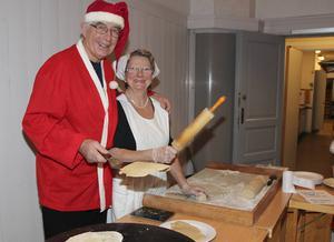 Gunnar Andersson och Birgitta Westefall ägnar dagen åt att baka och sälja släppor med smör.
