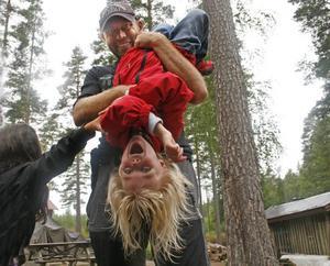Tillit. Barnen får testa på flera tillitsövningar. Här värmer Emma Liw upp sin tillit med Johan Tunhult.
