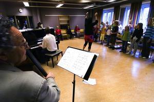 Genrep. Proffsmusikerna Georg Riedel och Stefan Nilsson har akompanjerat barnen på Musik vid Siljans körläger hela veckan.