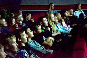 Spänning. Eleverna är fokuserade och förväntansfulla när deras filmer visas på vita duken.