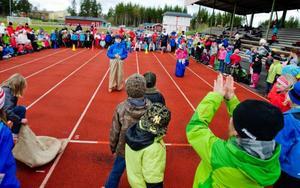 Mer än 200 fritidsbarn samlades på Nyhedens idrottsplats när fritidshemmens dag uppmärksammades i Krokom med tävlingar och lekar.Foto: Ulrika Andersson