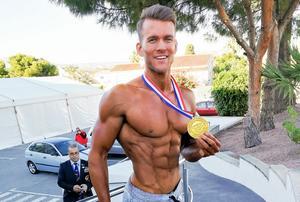 Valdemar Gustavsson Ek med sin guldmedalj från VM i Benidorm.