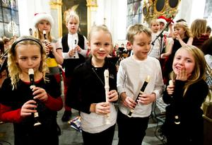 Nybörjarelever på blockflöjt med sitt första framträdande. Här värmer Tuva Persson, Tilde Gärdin, Emil Kraage och Maja Larsson upp inför inledningen med Nu tändas tusen juleljus.