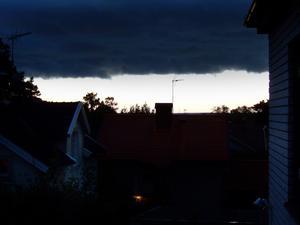 På kvällen, onsdagen den 14 september, täcktes himlen till stora delar av en svart molnskärm. En nästan spöklik stämning uppstod. Här är en bild mot söder från min bostad på Drottninggatan.