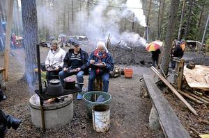 En toppenstund. Trots regnet hade trion Eva-Britt, Ove och Henry Holm en mysig stund i Dammtorp med kolbullar vid kolmilans kaffebrasa. – De smakar lika bra som det sagts, konstaterade de.