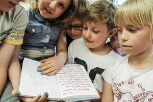 Dagböckerna berättar om Helges liv i Bobygda skola.