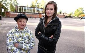 Filip Bergström och Ellen Boman i klass 6 B på Kvarnsvedens skola blev överraskade i går men de tycker att beskedet att de vunnit Kapsyljakten var en bra början på veckan. FOTO: JOHNNY FREDBORG