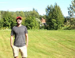 På gräsmattan bredvid föräldrahemmet i Rengsjö startade Erik Wästmans fotbollskarriär.