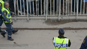 Polis och ordningsvakter.