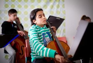 Övning ger färdighet. Mario Mechael och de andra barnen har övat in musikstyckena så mycket att de kan spela med ögonen stängda.