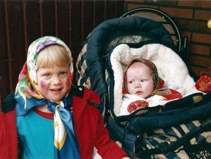 Frida tittar undrande på storasyster Emma.Bilden är tagen för några år sedan av mamma Åsa Engwall.