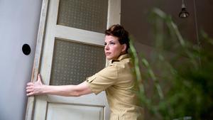 Byggnadsvårdaren Josefin Kvist renoverar tidsenligt. Ett tips är att återanvända gamla dörrar. Den här hittade Josefin på vinden och nu ska den bli skafferidörr.