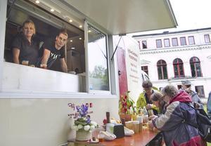 Annika Reuter och Jocke Pontén stod för maten från den nya foodtrucken. Vid dagens slut hade hundra smakportioner delats ut.