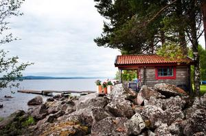 Landstingsdirektör Svante Lönnbark och hans fru har förgäves försökt få strandskyddsdispens för två bodar, ett trädäck och en brygga vid Siljans strand.
