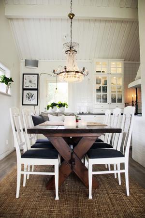 Korsbordet har Johans pappa snickrat åt familjen. Bordet är tillverkat av ett gammalt stallgolv.