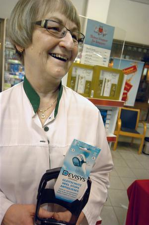 På apoteket märker personalen om det är halt ute för då ökar försäljningen av broddar. Apotekstekniker Märta Johansson visar en modell.
