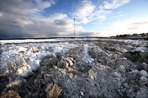 Snö, enorma mängder med snö. Och den försvinner inte än på ett tag. Utan nu ska den finaste och renaste snön täckas med bark och sparas, och den 3 juli blir det skidtävling på Kattvikskajen i Hudiksvall.