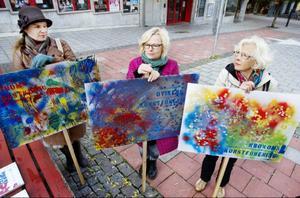Malin Matilda Allberg till vänster i bild är konstnär och upphovskvinna till den bakelse som lanseras till den stundande konst veckan.