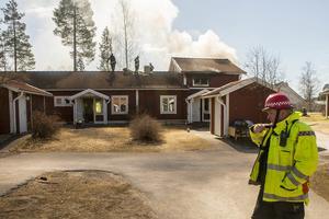Insatsledare Pärra Jönsson framför huset som brann i Sveg.