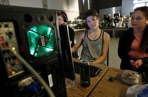 Christian Stålhandske och Jennie-Li Alexius hade nyligen anlänt med datorer och skärmar till lokalen.