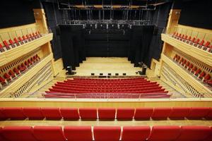 En stor salong för teater och andra liknande kulturevenemang.