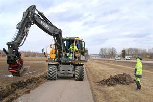 Janne Pettersson i grävmaskinen och Anton Fagrell fixar ny belysning in mot Hallstahammar.