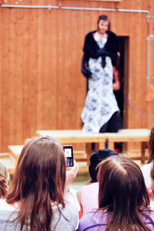 Matilda Olsson visar upp en klänning under modevisningen.