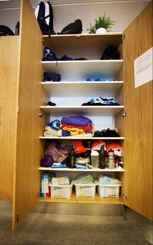 Här förvaras badgästernas kvargömda badkläder, handukar och andra saker. Mellan fyra och tio sopsäckar skänks bort varje vecka.