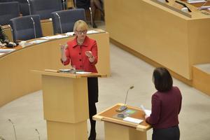 Utrikesminister Margot Wallström debatterar med Moderaternas Karin Enström under onsdagens utrikespolitiska debatt i riksdagen.