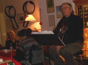 Evert Markusson underhöll mycket uppskattat under kvällen med att berätta roande historier och anekdoter, sjöng och spelade gitarr.