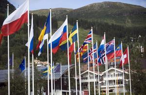 Eu är trots krisen alltjämt attraktivt för många länder. Island, Makedoinien, Montenegro, Serbien och Turkiet är erkända som kandatländer. Bosnien, Albanien och Kosovi vill också bli medlemmar.