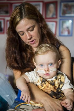 Ulrika Lundqvist oroar sig över sin dotters framtid. Hon vill att Jennifers mage undersöks av en specialist.