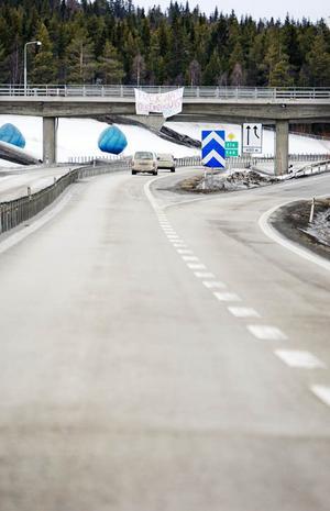 Vid Lillängerondellen hängde lakanet synligt för alla trafikanter västerut på E 14.
