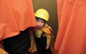 Nora Marnefeldt, 3 år, funderar på alla berättelser om Falu gruva.