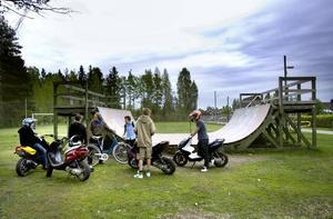 """HOTAD. Skaterampen  i Järbo har blivit en samlingspunkt för både skejtare och andra. Men nu hotas den av klagande grannar som tycker att den blivit ett """"tillhåll""""."""