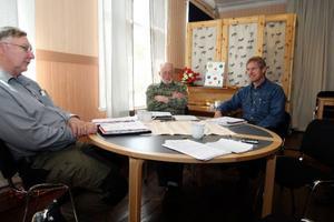 """Lennart Olsson, Enar Grubb och Jan Olof Östberg har avslutat förhandlingarna med samebyarna om renbetet på privata marker i Härjedalen. """"Vi är inte helförtjusta i det. Vi hade kunnat komma fram till en lösning"""", säger trion.  Foto: Håkan Degselius"""